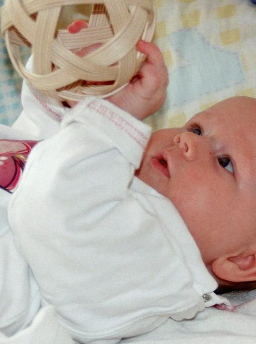 Liegendes Baby mit Pikler-Ball