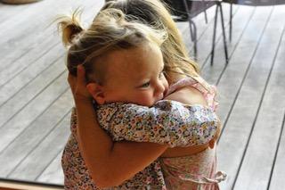 Zwei Kinder halten sich eng umarmt