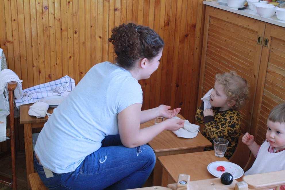Pikler Forum Essbänkchen Erzieherin familienspielraum